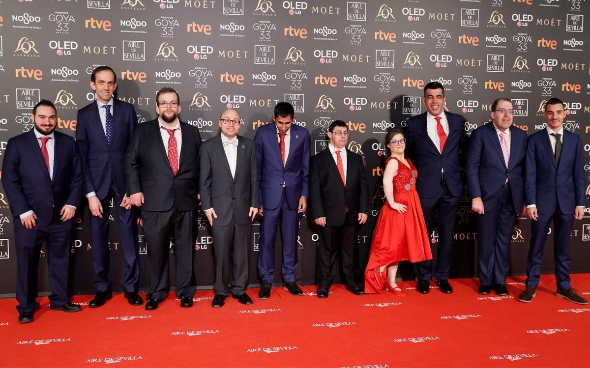 Integrantes del equipo de 'Campeones', a su llegada a la alfombra roja de los Goya 2019