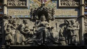Barcelona amamanta a sus hijos biberón en mano, el conjunto escultórico de Eusebi Arnau del frontón de la Casa de la Lactancia.