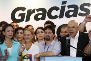 JesúsTorrealba, secretari de la MUD,comenta la victòria davant els seus seguidors.