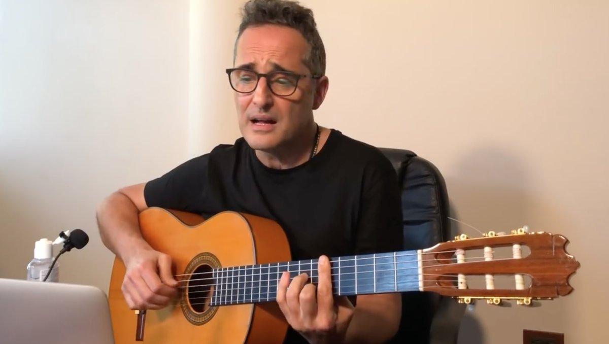 Jorge Drexler canta 'Codo con codo', canción inspirada en el coronavirus.