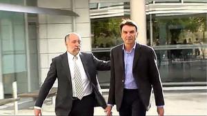 Josep Antoni Rosell, derecha, sale de los juzgados de El Vendrell, tras ser puesto en libertad.