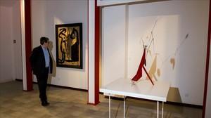 Juan Manuel Bonet, comisario de la exposición Artistas revolucionarios, en la galería Mayoral, ante Painting,de Miró, y The red base, de Alexander Calder.