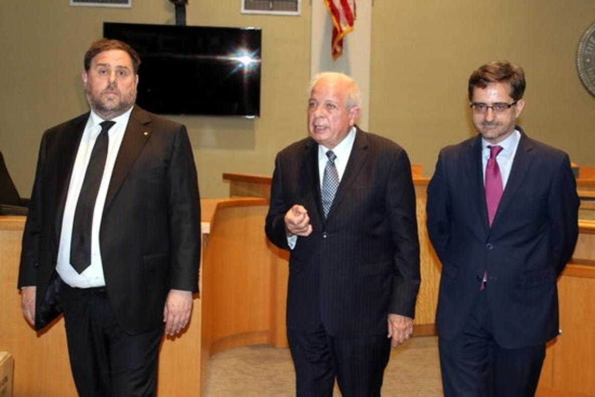 Oriol Junqueras, junto al alcalde de Miami, Tomás Regalado (centro), y el cónsul español en Florida, Cándido Creis, este lunes.