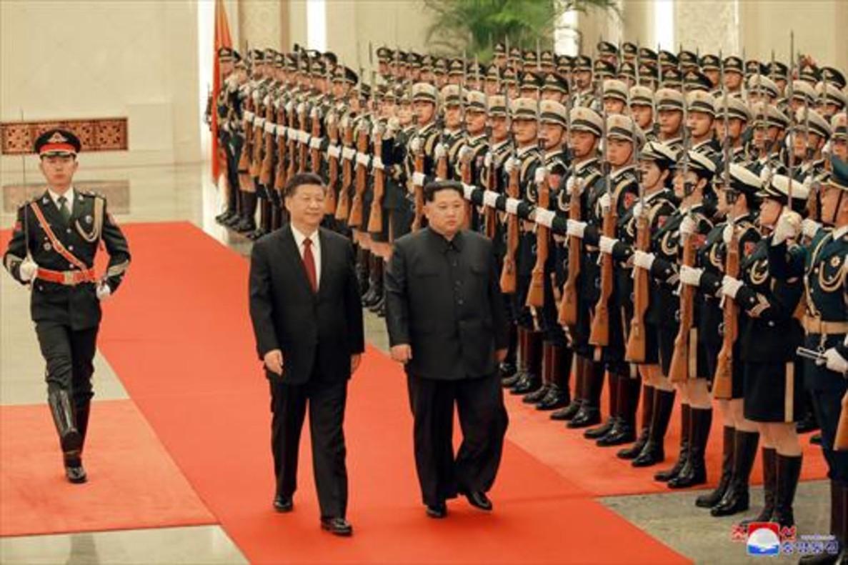 Kim Jong-un y Xi Jinping pasan revista a la guardia de honor en Pekín, en una imagen de archivo.