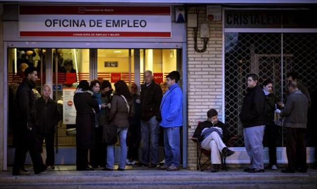 Un grupo de parados hacen cola en una oficina del Inem de Madrid.