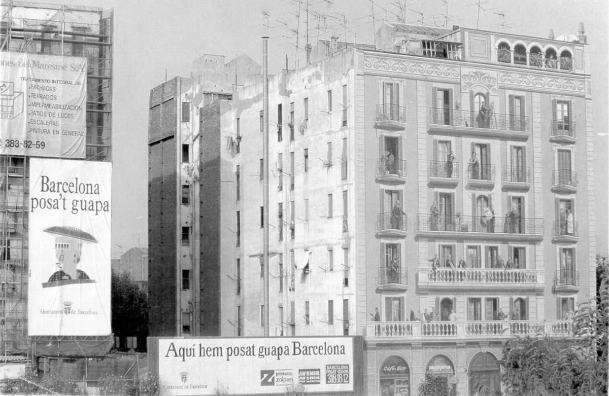 Las calles se llenaron de carteles que promocionaban la campaña Barcelona posat guapa en 1992, antes de la celebración de los JJOO.