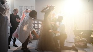 El diseñador Julien Fournie posa con la modelo Michaela Tomanova, en el vídeo de presentación.