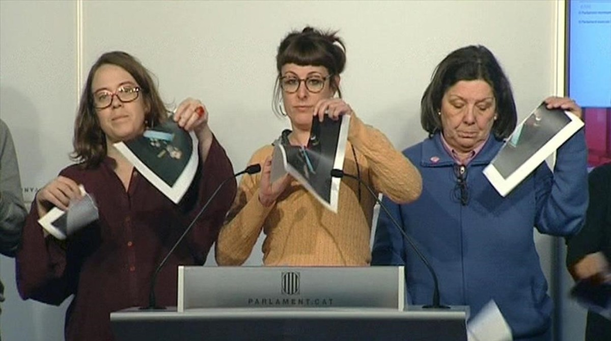 Las diputadas de la CUP Eulàlia Reguant, Mireia Vehí y Gabriela Serra rompen fotos del Rey en una rueda de prensa en el Parlament.