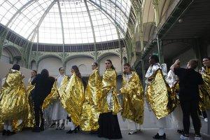 Las modelos del desfile de alta costura de Chanel, con mantas térmicas, antes del desfile.