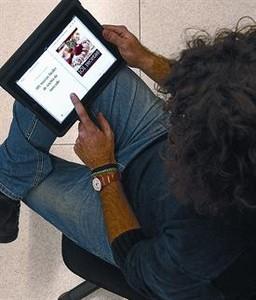 Un lector consulta el llibre electrònic '101 recetas fáciles...' en un iPad.