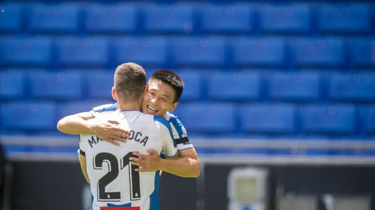 Wu Lei celebra el segundo gol con Marc Roca durante el partido de liga a puerta cerrada entre el RCD Espanyol y el Alavés en el RCDE Stadium.
