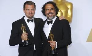 Leonardo DiCaprio y Alejandro González Iñarritu, con sus Oscar como mejor actor y mejor director por El renacido.