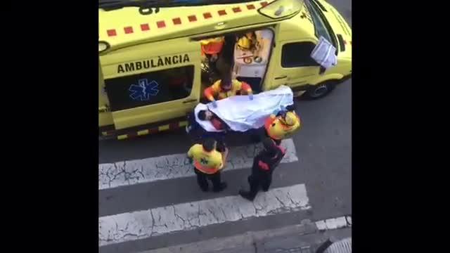 Los agentes heridos atendidos tras ser apuñalados.