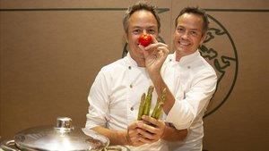 Los hermanos Torres bromean en el taller de cocina de El Corte Inglés.