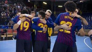 Los jugadores del Barça celebran su noveno título de balonmano.