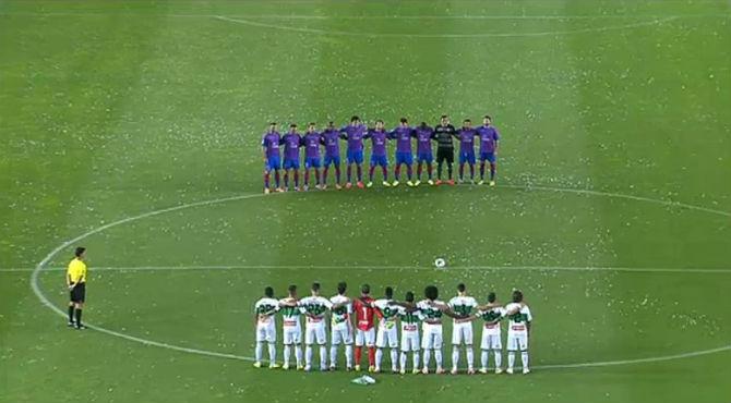 Los jugadores del Elche y del Levante hacen un minuto de silencio, en el partido de este viernes, para conmemorar a Tito Vilanova.