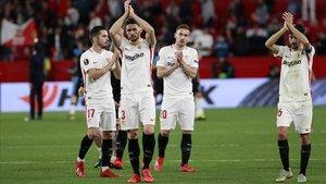 Los jugadores del Sevilla celebran con su afición el triunfo sobre el Lazio.