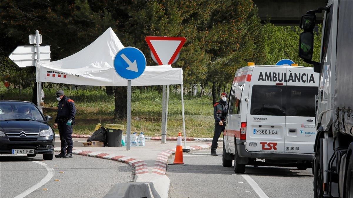 Los Mossos d'Esquadra controlan el acceso a los municipios de la Conca d'Òdena, este jueves.