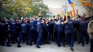 Los Mossos intentan impedir el paso de los manifestantes al parque de la Ciutadella, el pasado 30 de enero.