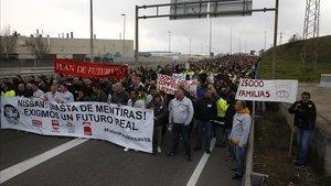 Trabajadores de Nissan cortan la Ronda Litoral durante su protesta este martes.