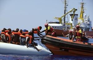 Los voluntarios del Open Arms rescatan a un grupo de inmigrantes a la deriva al norte de la costa de Libia, el 27 de agosto del 2017.