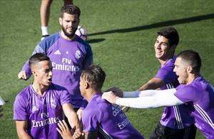 Lucas Vázquez, Nacho y Asensio, durante un entrenamieto del Madrid.