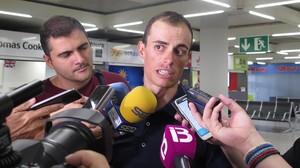 El mallorquín Enric Mas, en el aeropuerto de Palma, a su llegada tras su tremendo éxito en la Vuelta.