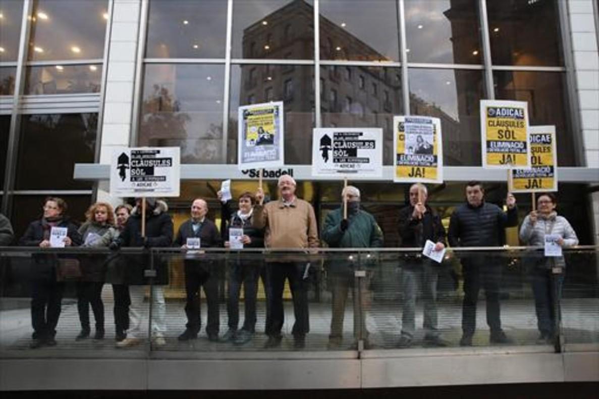 Manifestación de Adicae contra las entidades que no han devuelto la cláusula sueloen Barcelona.