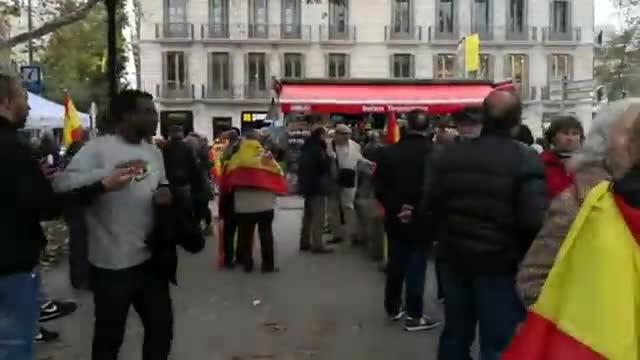 Los manifestantes constitucionalistas de Barcelona empiezan a llegar a la movilización convocada por diversas entidades en la plaza Urquinaona.