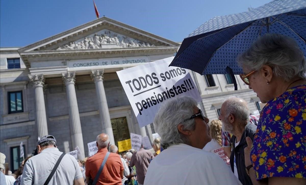 Manifestación de pensionistas frente al Congreso de los Diputados.
