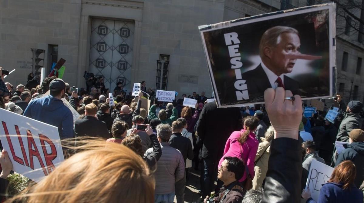 Manifestantes piden la dimisión de Sessions frente a la sede de Justicia, en Washington.