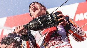 Marc Márquez celebra su séptimo título mundial en el podio de Motegi (Japón).
