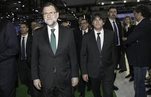 Los presidentes Mariano Rajoy y Carles Puigdemont, en el Salón del Automóvil de Barcelona, el pasado 12 de mayo.