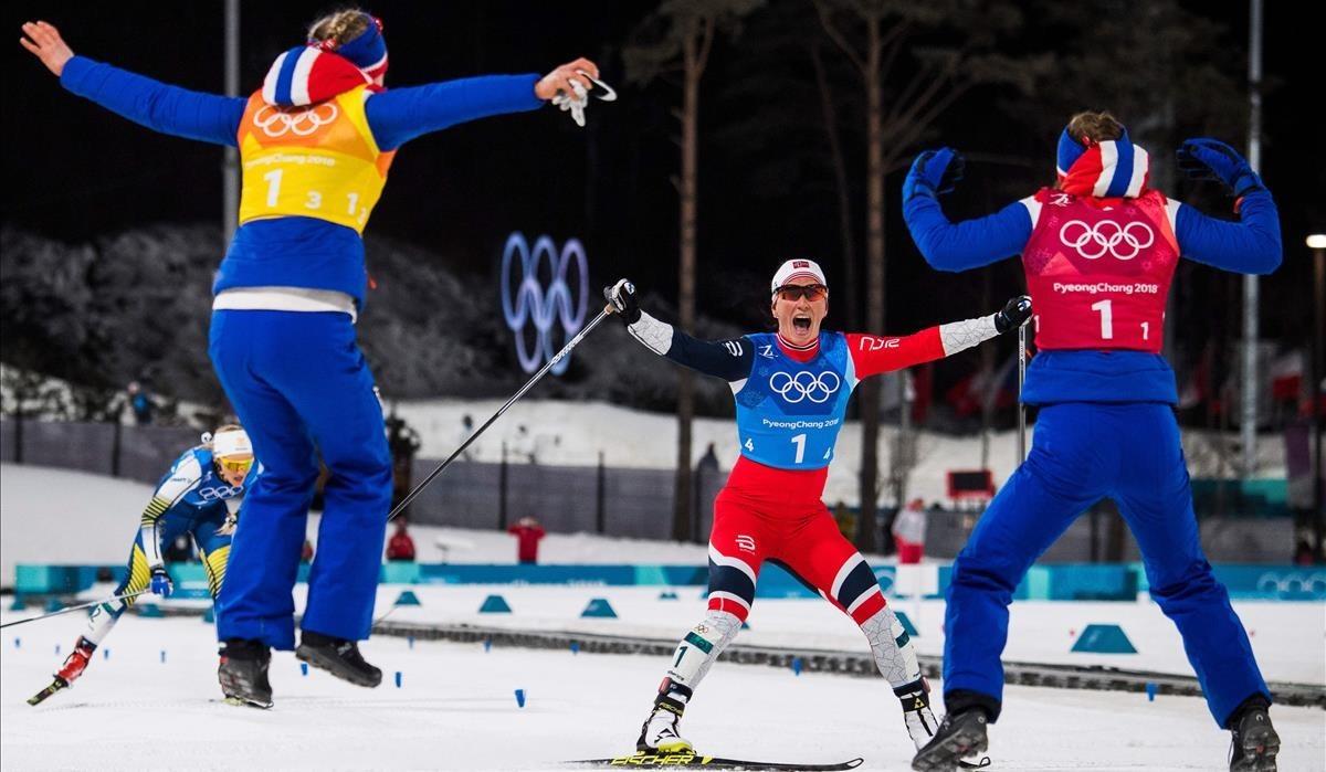 Marit Bjorgen celebra el oro en la prueba de relevos de 4x5 kilómetros.