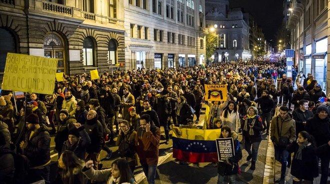 Más de 5.000 personas han asistido a la marcha en Barcelona para denunciar la situación de Venezuela.