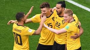 Meunier, felicitado por sus compañeros tras marcar el 1-0 a Inglaterra.