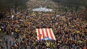 Miles de catalanes han acudido a la manifestación convocados por la ANC y Òmnium.