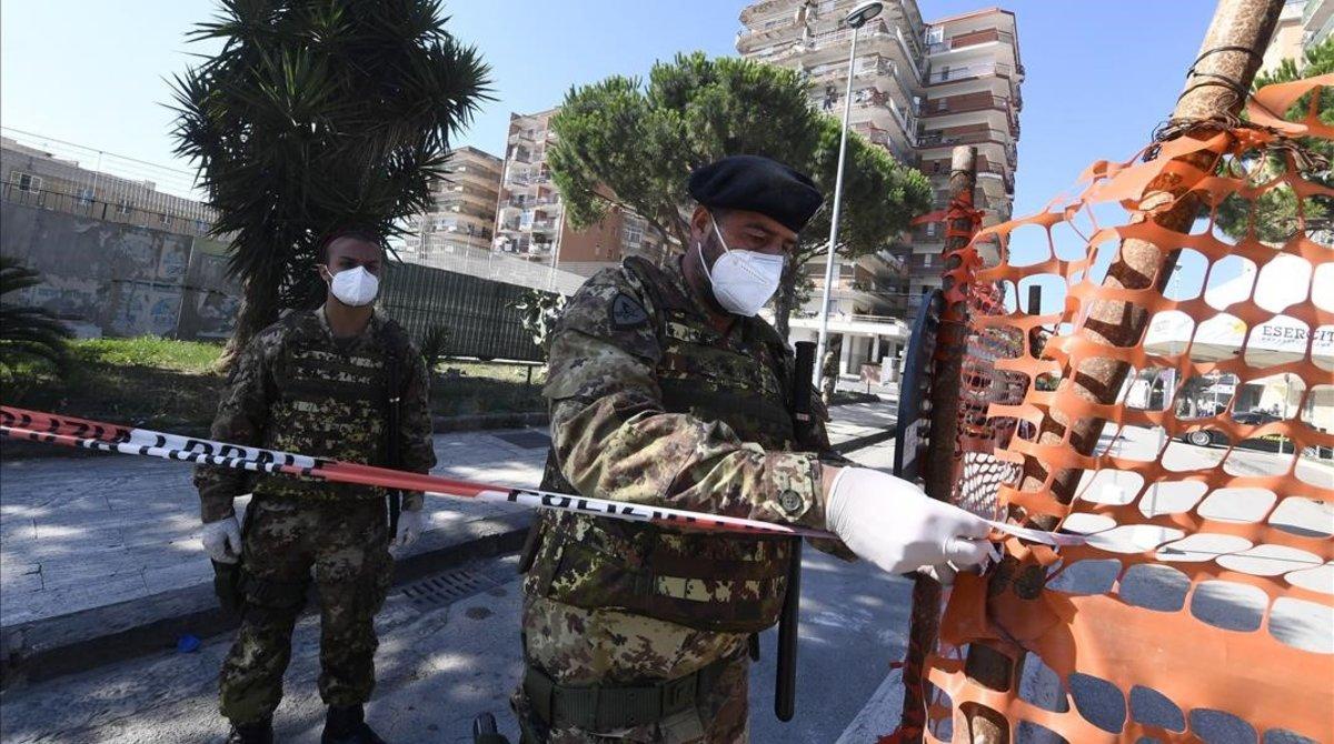 Militares desplegados en Mondragone.