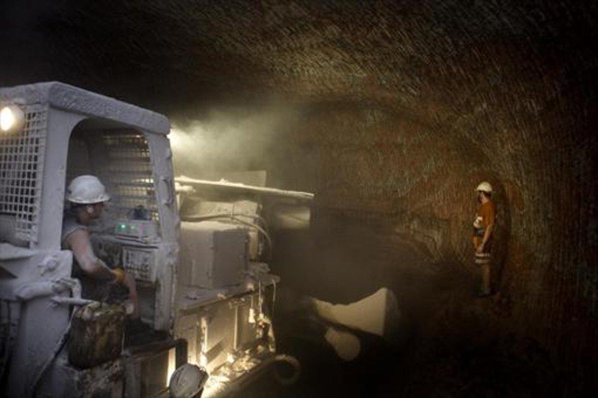 Trabajos en una mina de sal del Bages explotada por la firma ICL.