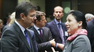 El ministro de Justicia, Rafael Catalá, conversa con la comisaria europea Vera Jourova, el diciembre pasado enBruselas.