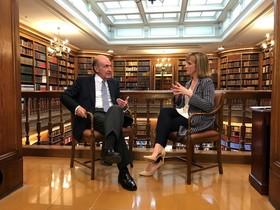 Miquel Roca, entrevistado por Gemma Nierga, en el Col·legi de l'Advocacia de Barcelona, para el programa 'Fora de sèrie' de TV3.