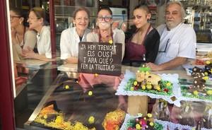 Tras el escaparate de la pastelería Boguñá, Andrea, Lidia, Sandra y Armand posan detrás de la mona del 2017.