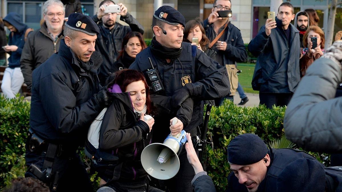 Mossos dEsquadra desalojan a los manifestantes de la plaça Cerdà de Barcelona.