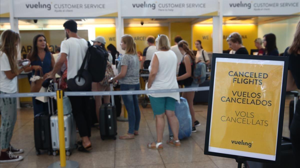 Mostradores de facturación de Vueling, en el aeropuerto de El Prat.
