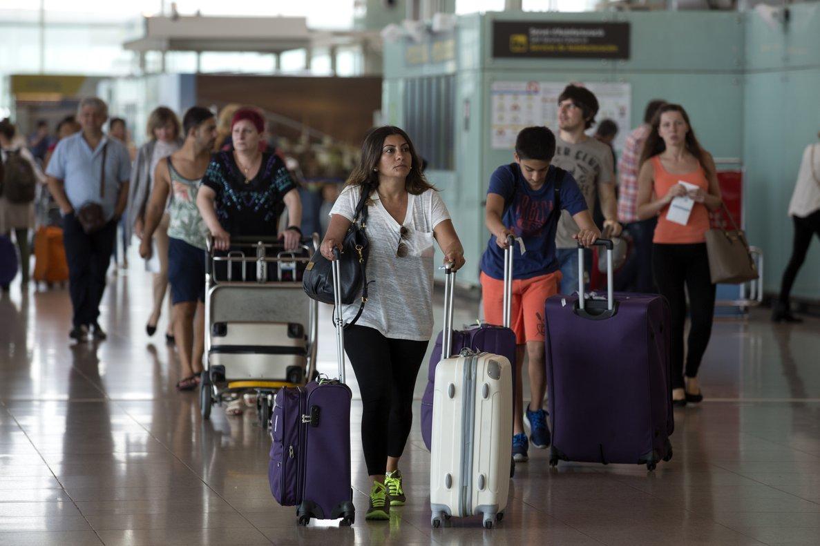 Pasajeros en el aeropuerto de El Prat. Foto de archivo.