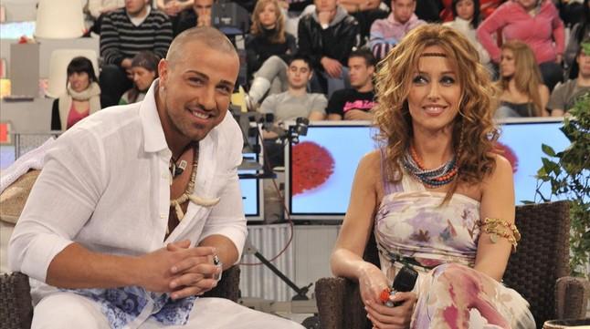 Rafa Mora y Emma García, participante y presentadora del programa de Mediaset 'Mujeres y hombres y viceversa'.