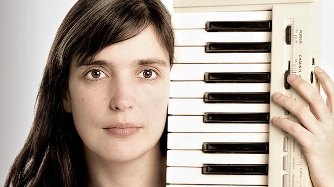 La artista interpreta 'Dreaming of earthly things' arropada solo porun teclado.
