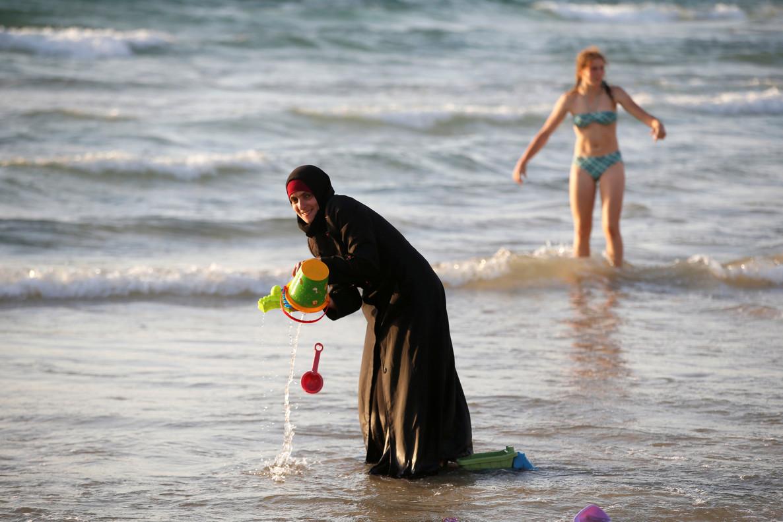 Una musulmana se baña con el hiyab en la playa en Tel Aviv.