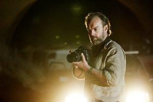 Hugo Weaving interpreta a un fotógrafo que retrata injusticias en el mundo.