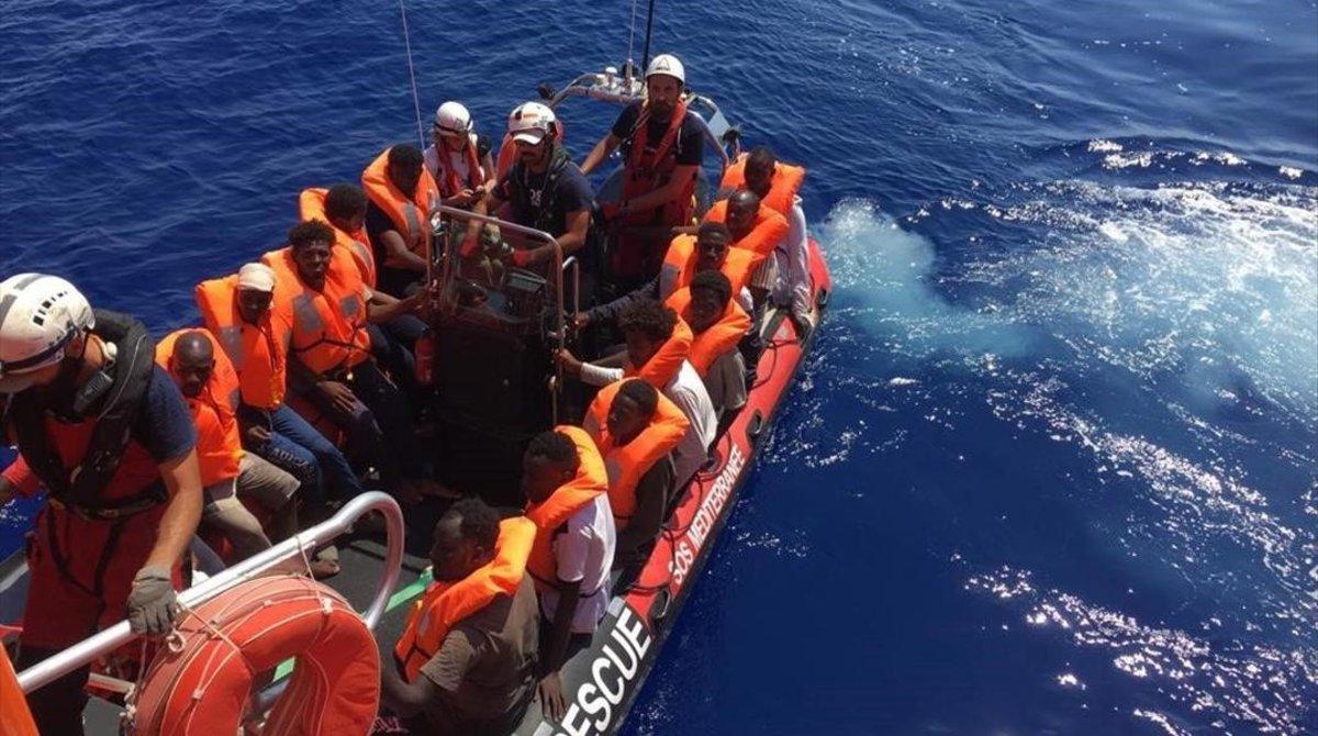 Náufragos rescatados por el 'Ocean Viking', de Médicos sin Fronteras y SOS Mediterranée.